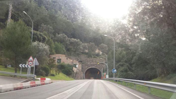 Reabierto el túnel de Sóller tras la caída de la carga de un camión