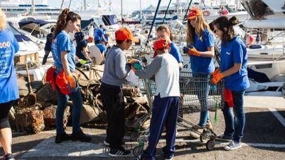 Mares Circulares de Coca-Cola y el Club de Mar Mallorca limpian su puerto de residuos