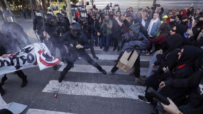 Los Mossos cargan contra los CDR que intentaban alcanzar la manifestación de policías