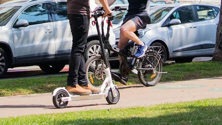Bicicletas y patinetes deberían suscribir un seguro de circulación, según el 84,9 por cien de los lectores
