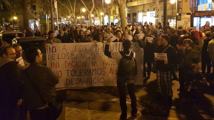 Más de un centenar de personas protestan en Palma contra la banca y decisión del Supremo
