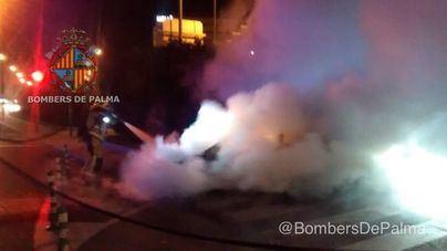 Bombers de Palma apagan dos coches incendiados en menos de una hora