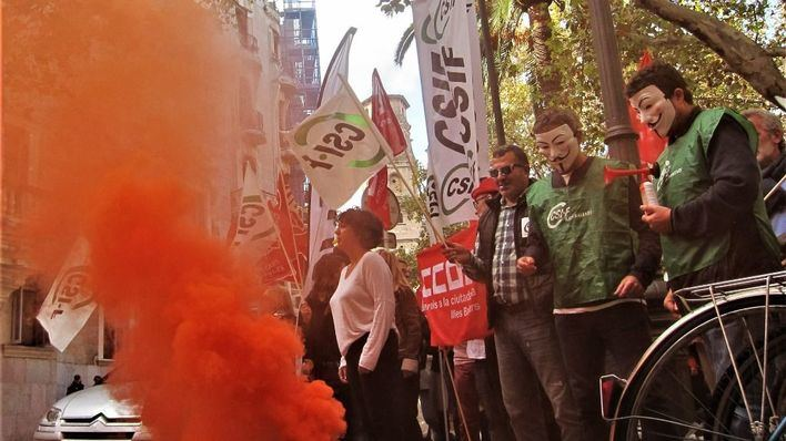 Medio centenar de funcionarios protestan frente al TSJIB por la unificación de los centros de destino