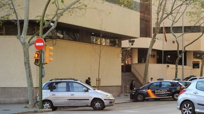 La Policía Nacional registra el piso del asesino e interroga a los testigos y familiares