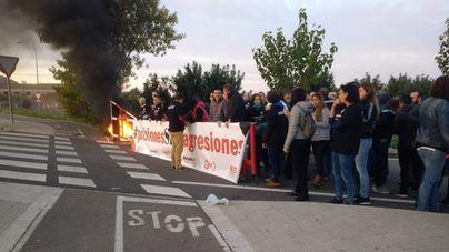 Los funcionarios de prisiones queman neumáticos y uniformes en señal de protesta en Palma