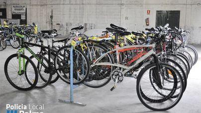 La Policía de Palma entrega 59 bicicletas a Deixalles y Cáritas