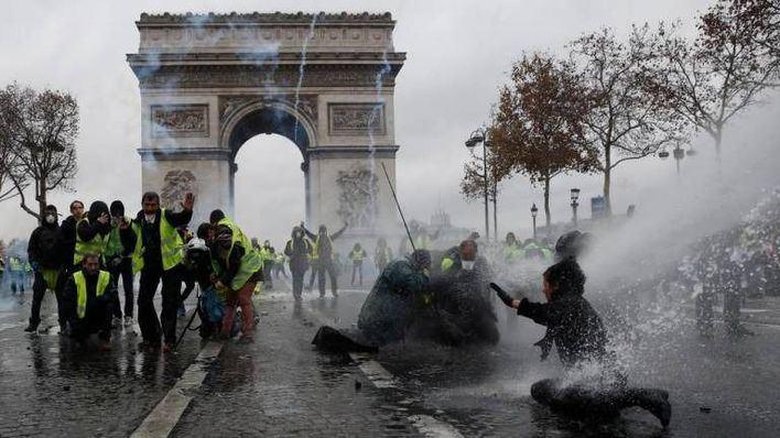 Graves incidentes en París en las protestas por el alza de impuestos al carburante