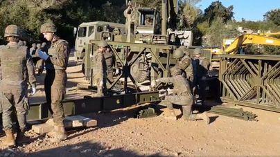 Ingenieros y militares del Ejército de Baleares construyen el puente 'Bailey' desmontable de Artà