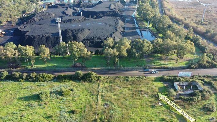 Los Ecologistas piden un 'futuro sin carbón' para Baleares antes de 2025 durante una concentración frente Es Murterar