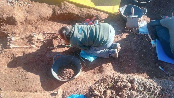 Hallan en la fosa de Santa Maria lo que podrían ser los restos de Joan Alemany, alcalde de Búger