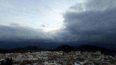 Nubes y claros, con posibilidad de alguna precipitación este sábado