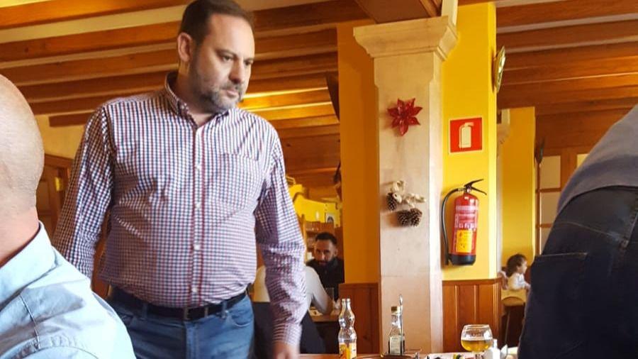 El ministro Ábalos repone calorías con recetas mallorquinas