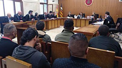 Hasta seis años de cárcel para los 11 narcos que perdieron 138 kilos de cocaína en el mar