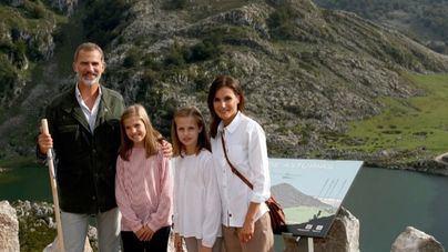 Los Reyes felicitan la Navidad con una foto en los lagos de Covadonga