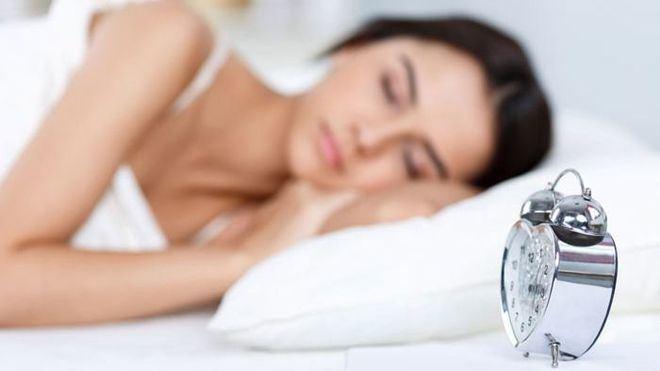 Alcohol y falta de sueño ¿cómo afectan a nuestra piel?
