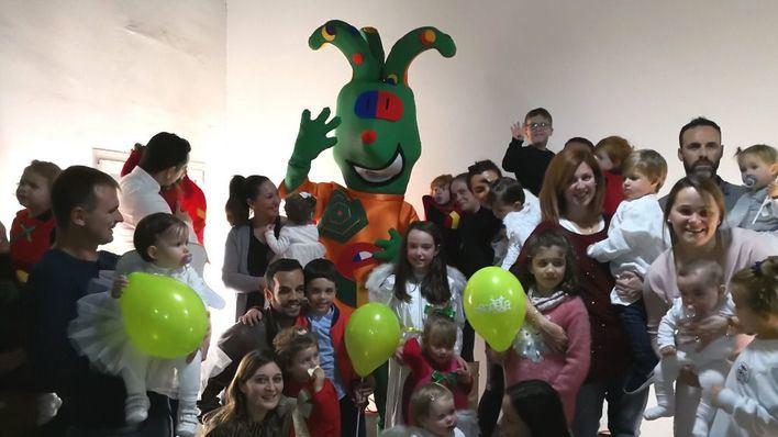 'Pepu' visita a los niños de la Escoleta Asima en la función de Navidad