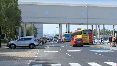 """El transporte discrecional alerta del """"colapso"""" en las carreteras por el cierre nocturno del Aeropuerto"""