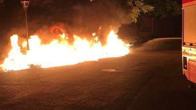 Un nuevo incendio de contenedores quema una fachada de viviendas en la calle Armandans de Palma