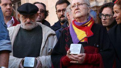 """Colocan una """"piedra de la memoria"""" en honor al alcalde republicano Emili Darder en la Plaza de Cort"""
