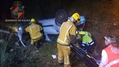 Los Bomberos de Palma rescatan a un conductor grave atrapado tras un accidente en la autopista de Inca