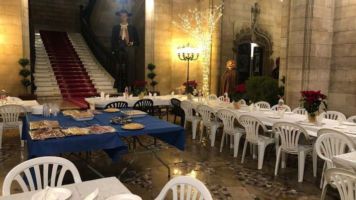 Usuarios y monitores del Servicio de Acogida Municipal celebran la Navidad en Cort con Noguera
