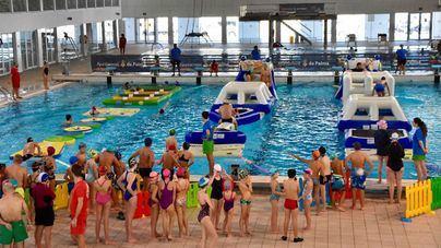 Un millar de personas participan en la fiesta acuática navideña de Son Moix