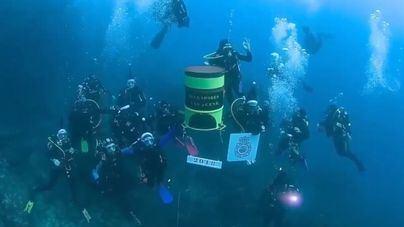 """Buzos militares y policías en la Bahía de Palma: Feliz Navidad """"submarina"""""""