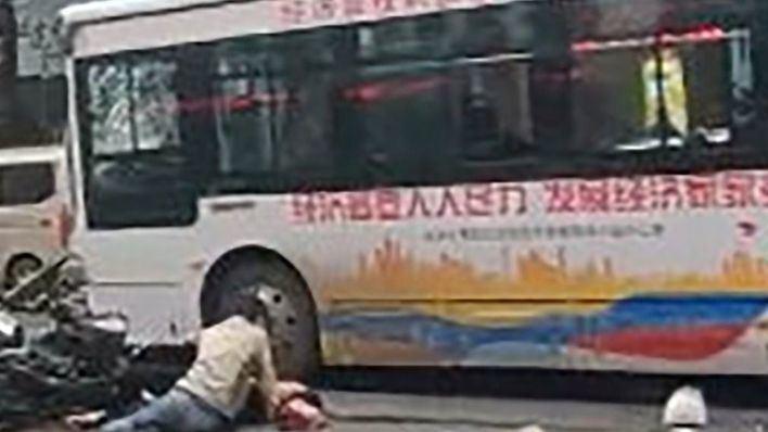 Un autobús secuestrado arrolla a los peatones y mueren cinco personas