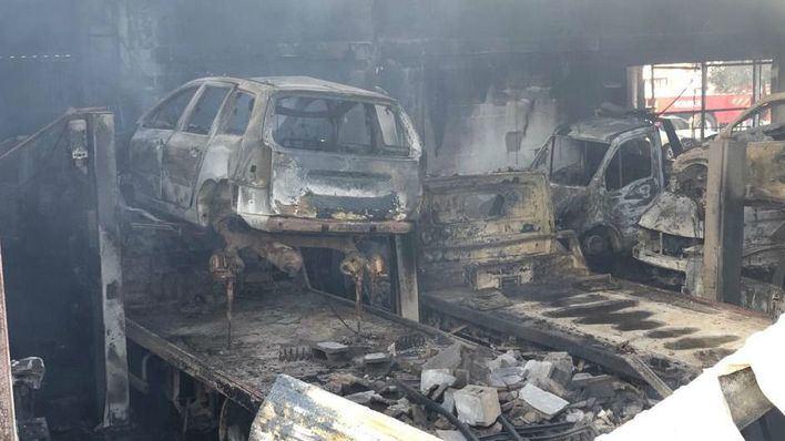 Un incendio en un taller mecánico en el polígono de Mahón calcina 23 coches y varios vehículos agrícolas