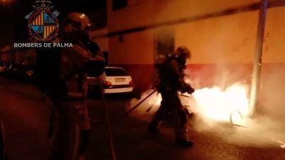 Unos niños jugando con petardos incendian un contenedor de basura en Palma