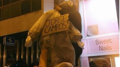 """Arran, al juzgado por quemar una bandera española y """"ahorcar"""" un muñeco de Jorge Campos"""