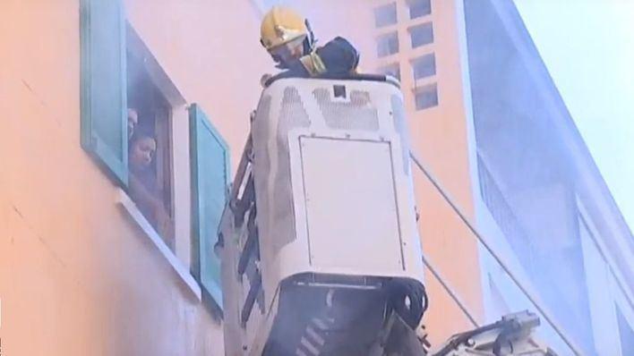 14 heridos y cuatro pisos precintados por un incendio en el Camp Redó
