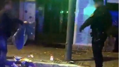 Rompe una papelera a patadas y la Policía le obliga a recoger la basura