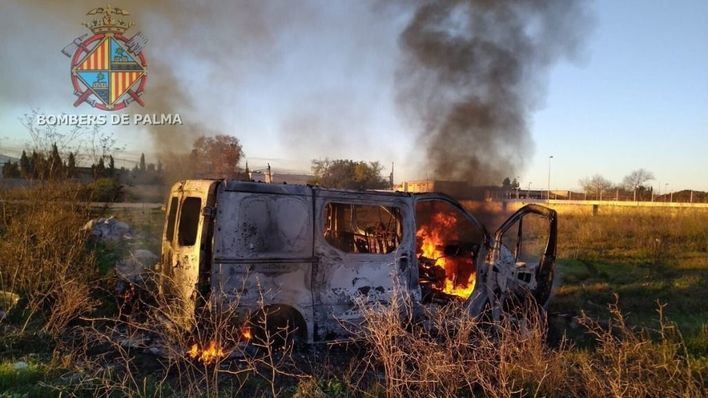 Arden dos contenedores de basura en Palma y una furgoneta en Son Banya