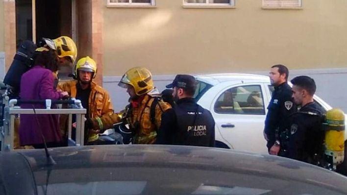 Un intoxicado por humo y 22 vecinos desalojados por el incendio de una planta baja en Palma