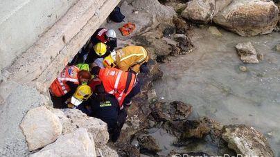 Rescatan a un hombre de 73 años que se había caído por el rompeolas del Marítimo de Palma