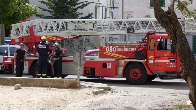 Bombers de Palma socorre a tres personas del incendio de un piso en la calle Manacor