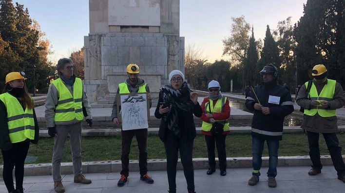 La formación política escenifica la demolición con la empresa ficticia 'Derribos Noguera S.L.'