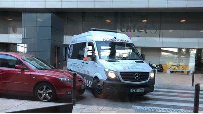 Una ambulancia debe maniobrar ante un coche mal aparcado