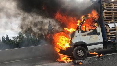 Una furgoneta arde en la autopista de Inca en hora punta y provoca largas retenciones