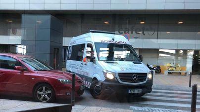 Una ambulancia maniobra junto a un coche mal aparcado