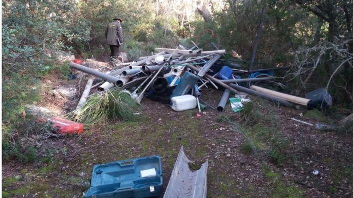 Agentes de Medio Ambiente investigan un vertido de plásticos en espacio natural protegido