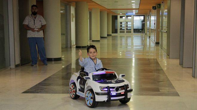 Son Espases ofrece a los niños ingresados desplazarse en coche eléctrico