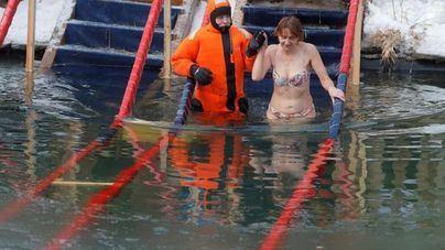 Casi 2,5 millones rusos se zambullen en las aguas heladas en la Epifanía ortodoxa
