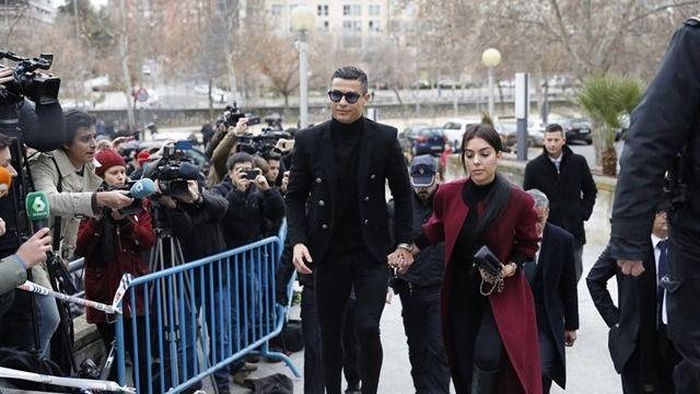 Cristiano Ronaldo, sonriente y firmando autógrafos a su llegada a la Audiencia