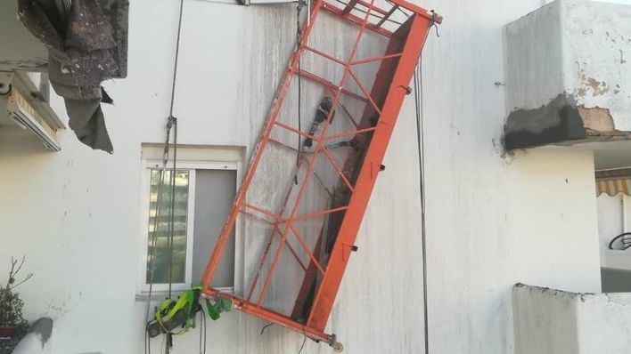 Dos pintores se precipitan y quedan suspendidos del arnés de seguridad