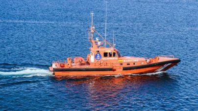Salvamento rescata un velero con dos tripulantes que navegaban por Menorca