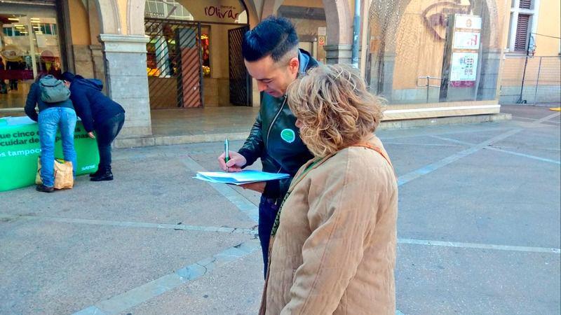 Los enfermeros salen a la calle a pedir firmas para exigir una ratio digna: 8,8 por cada mil habitantes