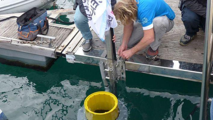 Instalan una papelera acuática para luchar contra la basura y los plásticos