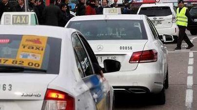 Tensión en el desalojo de los taxistas de la Castellana